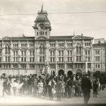 24b. Gruppo di popolani davanti alla fontana in Piazza Grande [1905] F23964