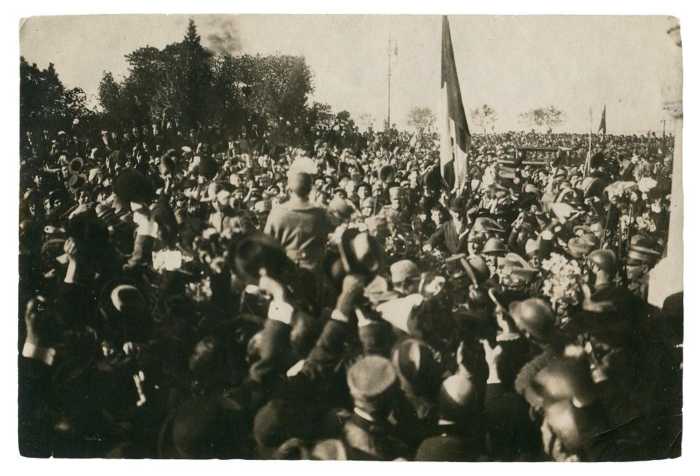 Giuseppe Padovan, Il Re Vittorio Emanuele III acclamato dalla folla in Piazza Unità, 10.11.1918, F2558