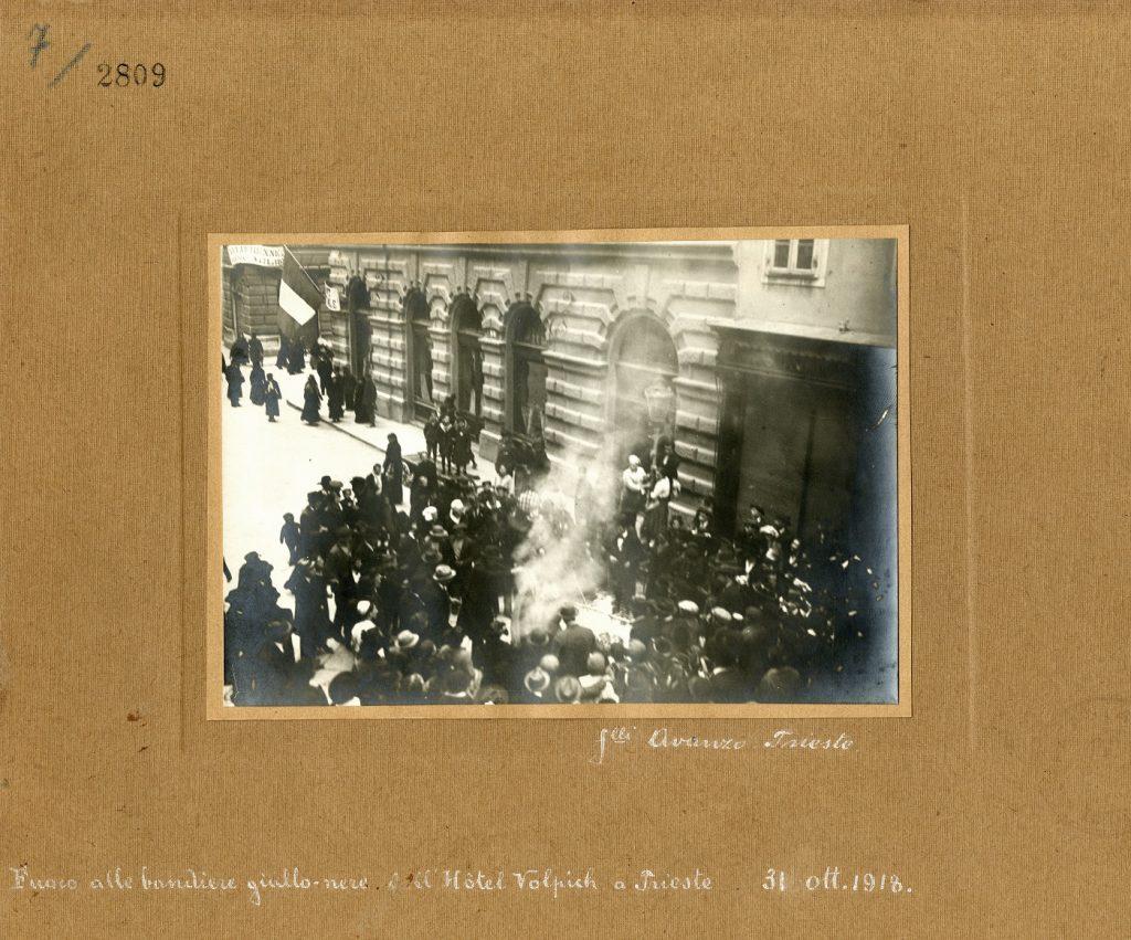 Fratelli Avanzo, Fuoco alle bandiere giallo-nere all'Hotel Volpich a Trieste : 31 ottobre 1918, F2809