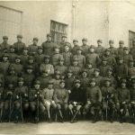 Guido Zanetti in un gruppo di soldati