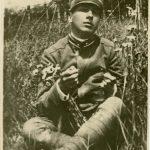 Guido Salvi in divisa militare seduto in un campo