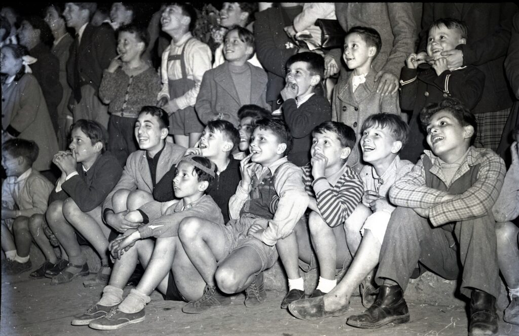 Adriano de Rota, Bimbi al cine all'aperto, 1948-1952, RO NP 3327_01