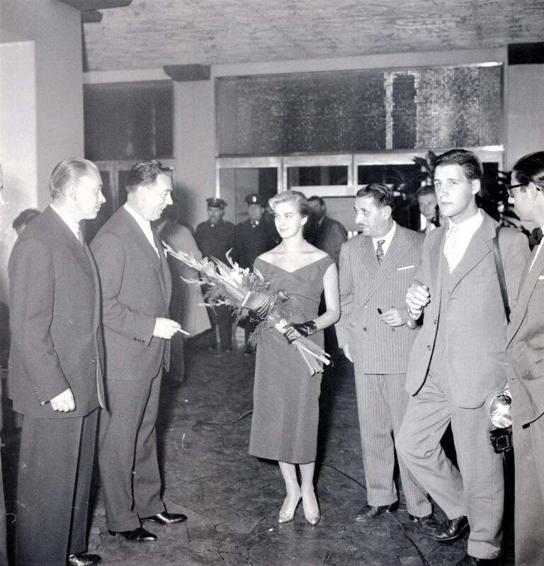 Adriano de Rota, Cine Grattacielo: prima del film Moglie e buoi con Federica Ranchi, 1956, RO NP 6503_012