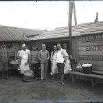 Soldati austriaci a Nabresina davanti alla cucina da campo