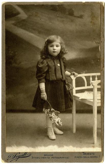 Grande stabilimento fotografico Segall Trieste - Ritratto di bambina in piedi, [1907-1912], F182106