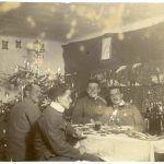 Francesco Pepeu a tavola con tre ufficiali decorati