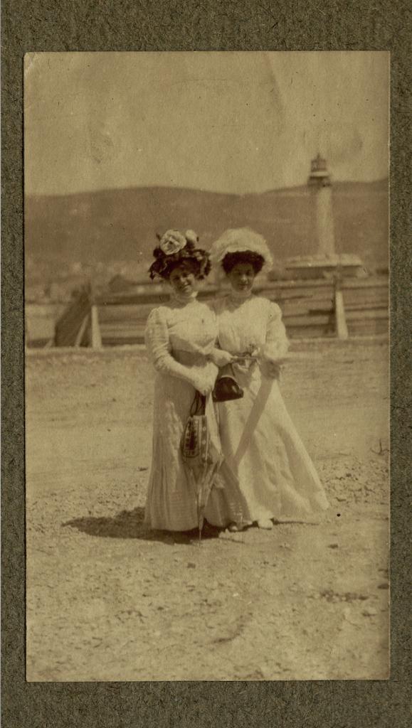 Elisa Finazer Milcovich con un'amica vicino alla Lanterna, Trieste, [1897?], F198889