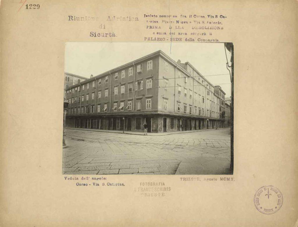 Giuseppe Franceschinis, Isolato compreso fra il Corso, via Santa Caterina, Piazza Nuova e via Sant'Antonio sulla cui area sorgerà il palazzo della Riunione Adriatica di Sicurtà, 1910, F001229